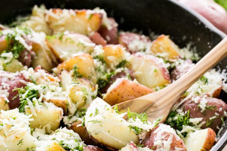 پخت خوراک سیب زمینی پنیری و شوید و استفاده از پنیر پارمزان