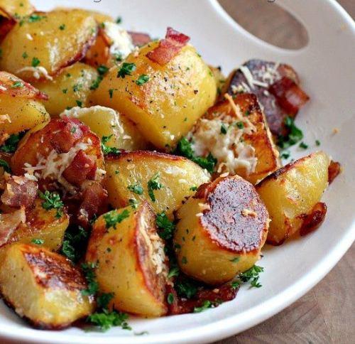 پخت خوراک سیب زمینی کبابی و کالباس همراه با سبزیجات