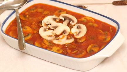 پخت خورش قارچ و مرغ همراه با استفاده کردن از سیر