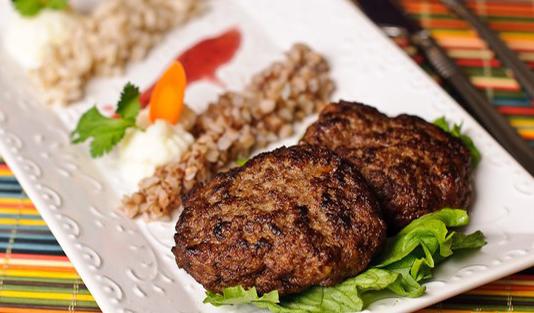 طرز تهیه کوکوی گوشت کوبیده با استفاده از سیر کوبیده شده