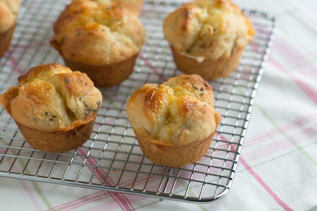 طرز تهیه نان فنجانی پنیری با استفاده از روغن زیتون
