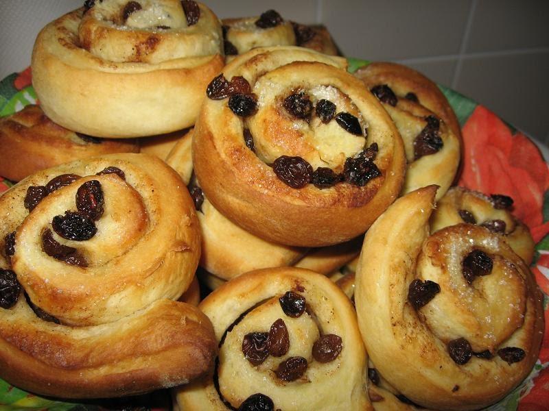 طرز تهیه نان کشمشی با استفاده از شیر ولرم