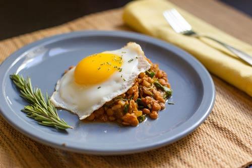 آماده سازی پوره رژیمی تخم مرغ و لوبیا سبز همراه با گردو