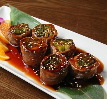 پخت رول بیف ماکی یک غذای سبزیجات ژاپنی