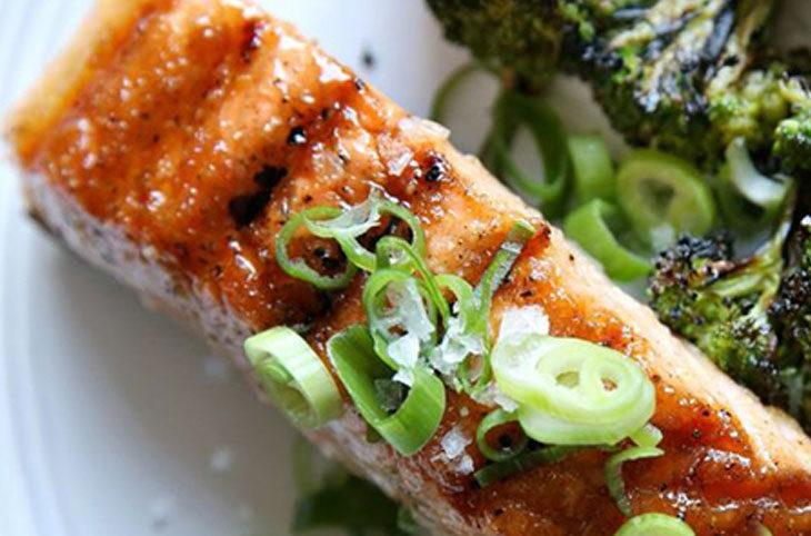 چگونه ماهی سالمون با کلم بروکلی را مزه دار کنیم؟