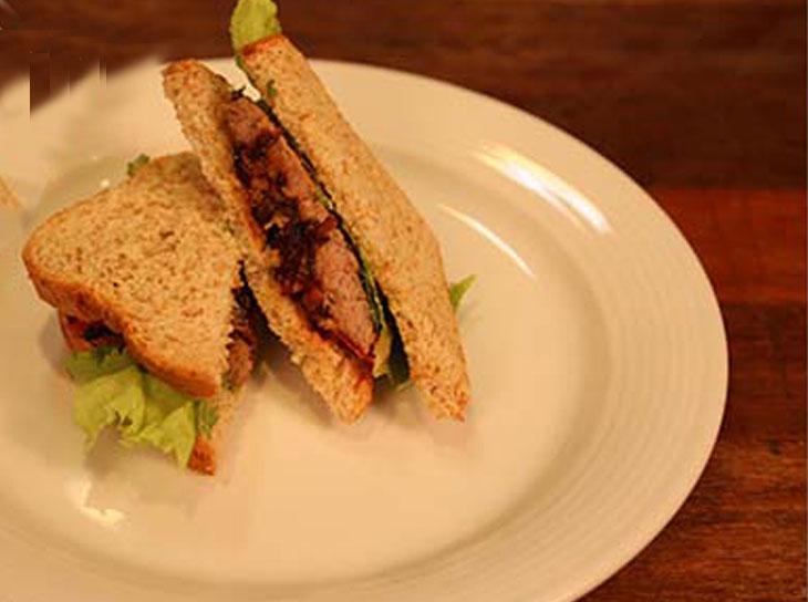 طرز تهیه ساندویچ تست استیک با پیاز کاراملی و آویشن خشک
