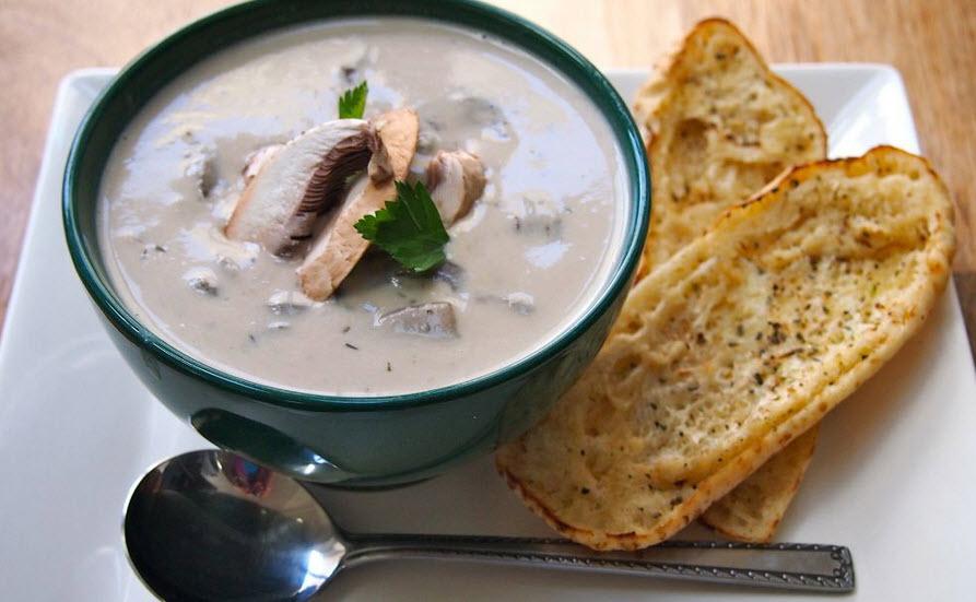 نحوه پخت سوپ قارچ خامه ای همراه با نان تست