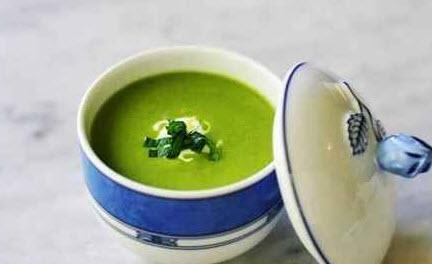 چگونه سوپ نخود فرنگی و جعفری را با خامه ترش درست کنیم؟