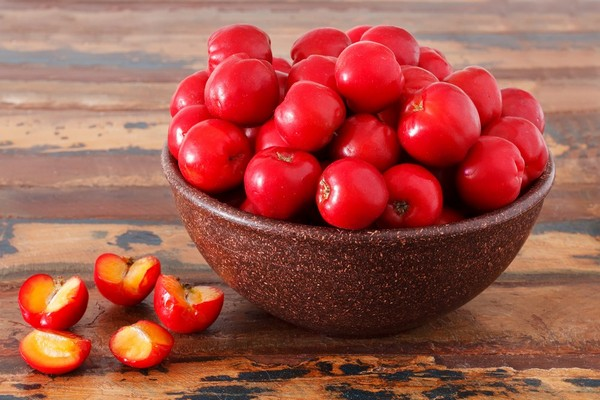 میوه آسرولا هندی همراه با تصاویری از آن
