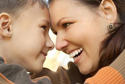 ابراز علاقه به فرزند با نگاه کردن به چشم کودکان