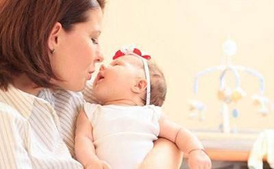 خواباندن نوزاد بدخواب با برقرار کردن ارتباط چشمی