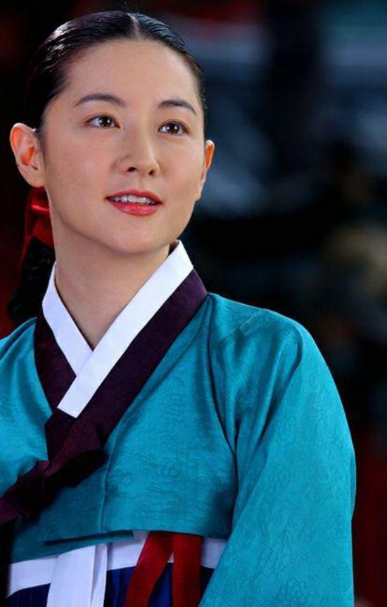 دلسوزی لی یونگ ئه بازیگر کره ای به مردم زلزله زده کرمانشاه + عکس