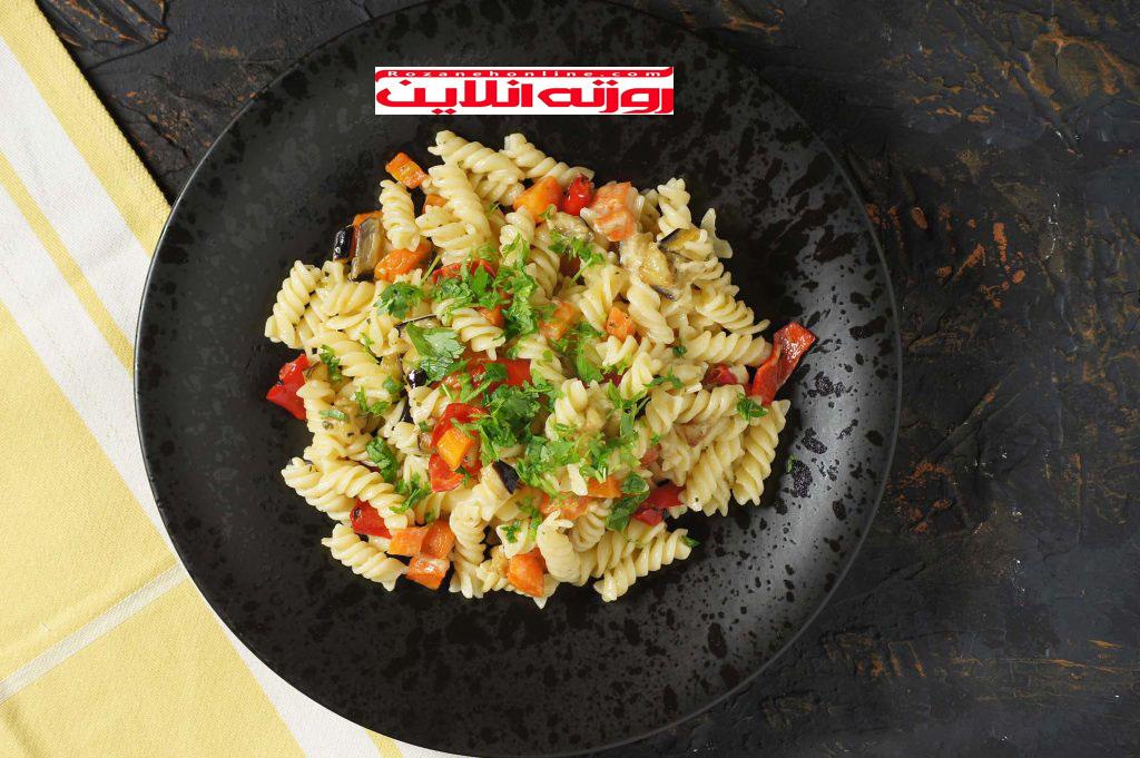طرز درست کردن ماکارونی با سبزیجات سرخ شده همراه با خامه