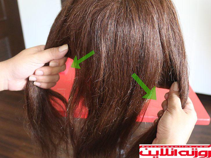 سپس موهایش را به سه دسته تقسیم کنیدو تقسیم بندی که در دو طرف قرار دارد روی شانه ها قرار دهید تا جدا نگه داشته شود و قاطی نشود