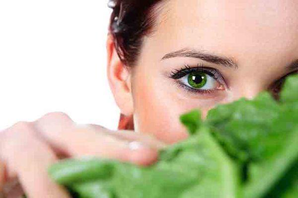 این مواد غذایی جلوگیری کنید از بروز آب مروارید و خشکی چشم