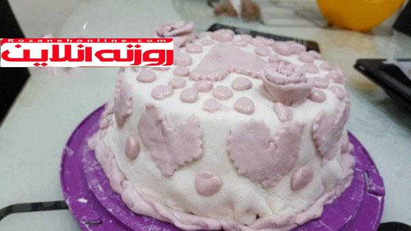 کیک موز با تزیین خمیر شکری